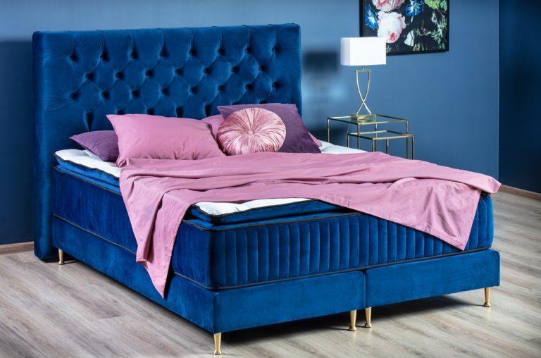 Niebieski w odcieniu Classic Blue – jak wprowadzić go do wnętrza sypialni?